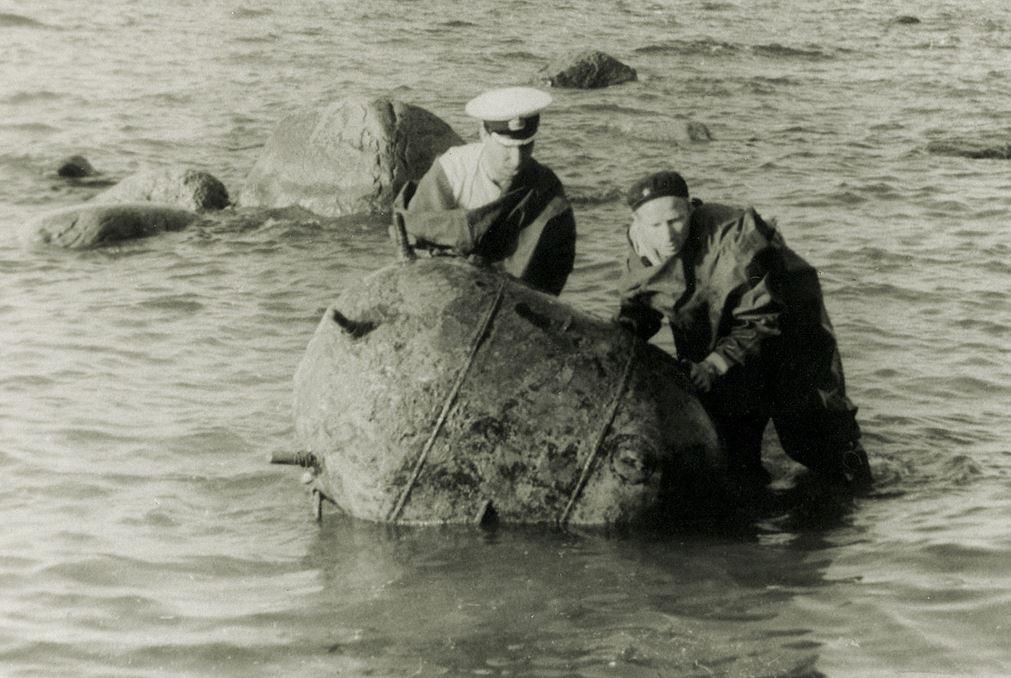 Минеры Балтики разоружают мину КБ, 1957 г. Слева инж.-кап.2 ранга Вершовский К.